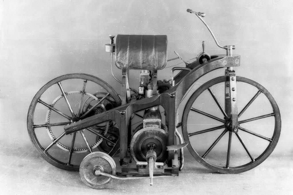 Der Reitwagen sieht aus wie eine Mischung aus Kutsche und Motorrad mit Stützrädern.