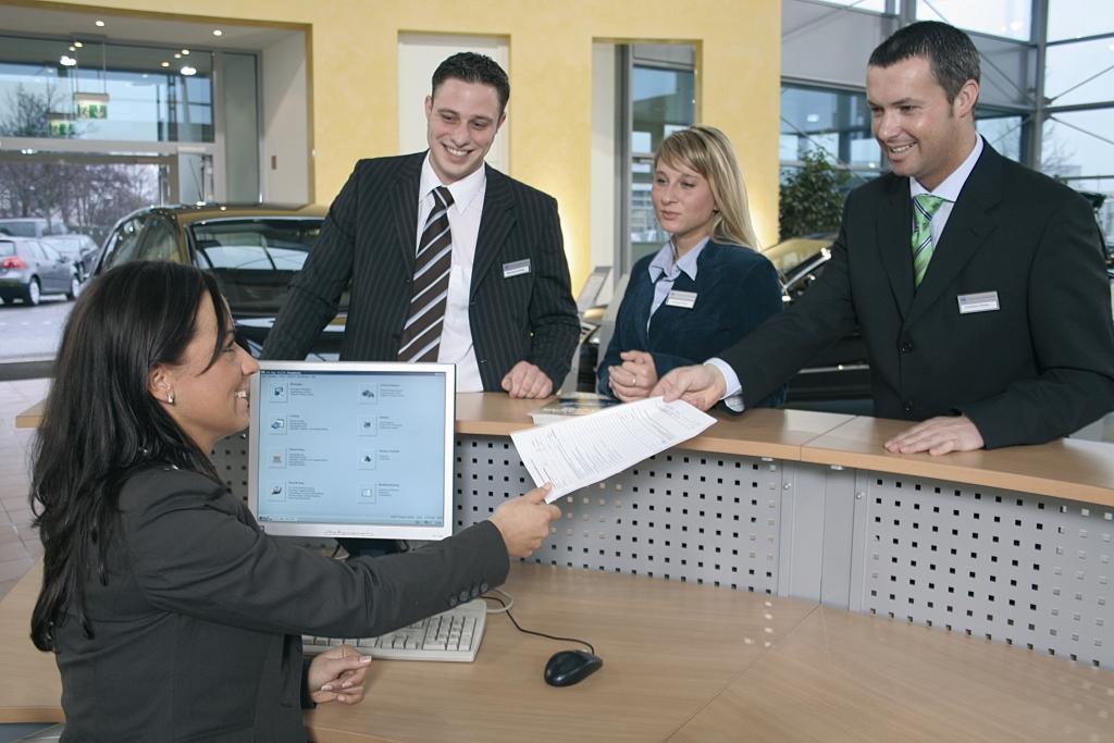 Die Ausbildung zum Automobilkaufmann oder zur Automobilkauffrau macht glücklich, 45 Prozent sind sehr zufrieden mit ihrer Berufswahl