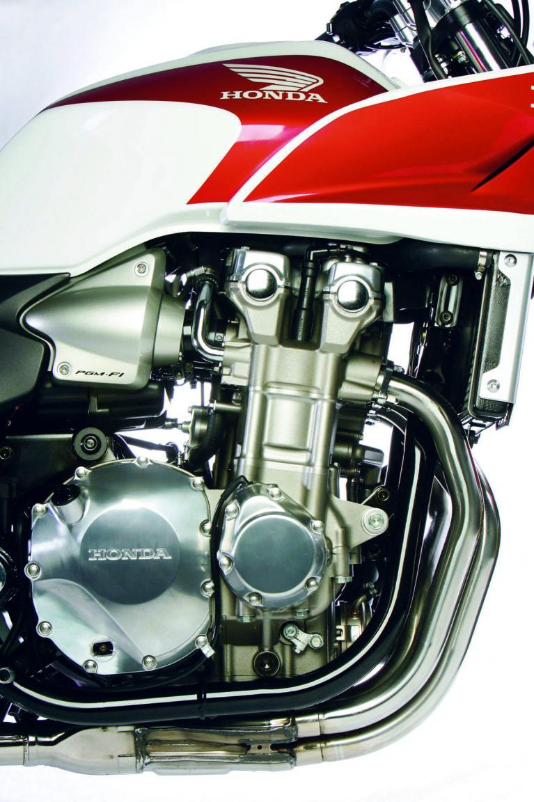 Die Halbschale gewährt freien Blick auf den unveränderten Reihenvierzylindermotor.