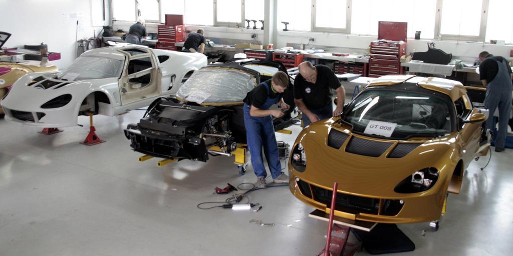 Drei der knackigen Zweisitzer sind zurzeit im Bau, Ziel ist es, zwei Exemplare je Monat fertig zu bekommen.