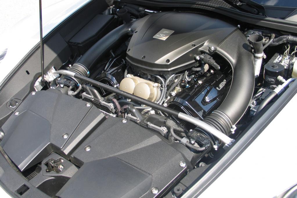 Ein V10-Rennaggregat, das aus 4,8 Litern Hubraum 412 kW/560 PS schöpft, treibt den LFA an.