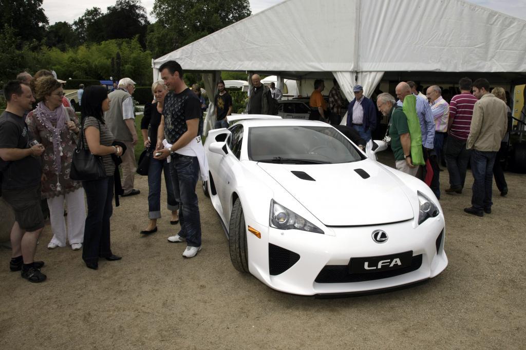 Erst nachdem alle den LFA gesehen haben, wird der Blick auf den sportlichen Lexus für den Fotografen freigegeben.