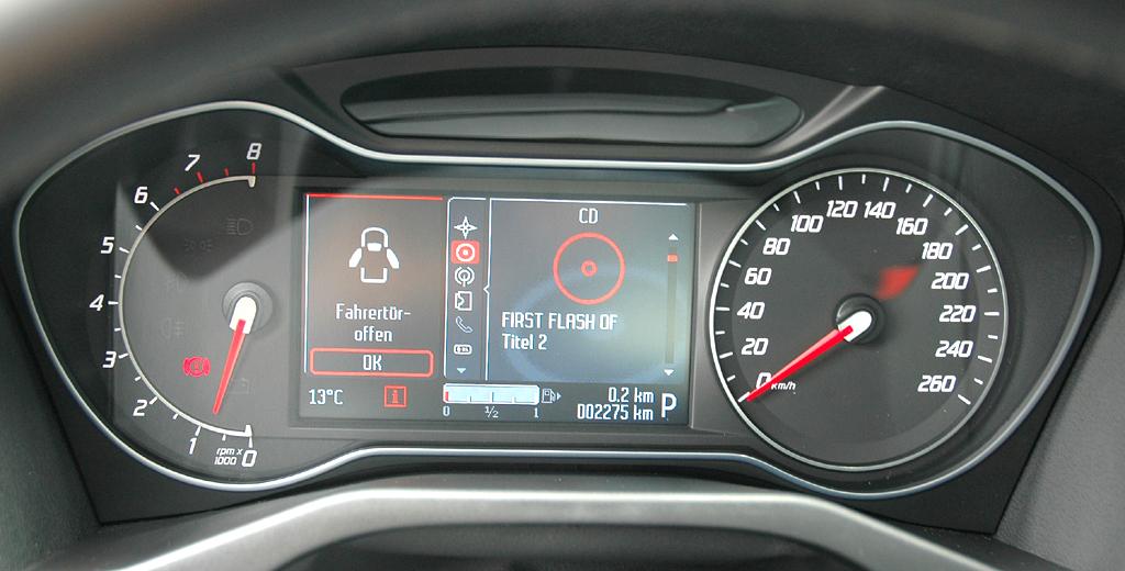 Ford Mondeo: Blick durch den Lenkradkranz auf die Rundinstrumentierung.