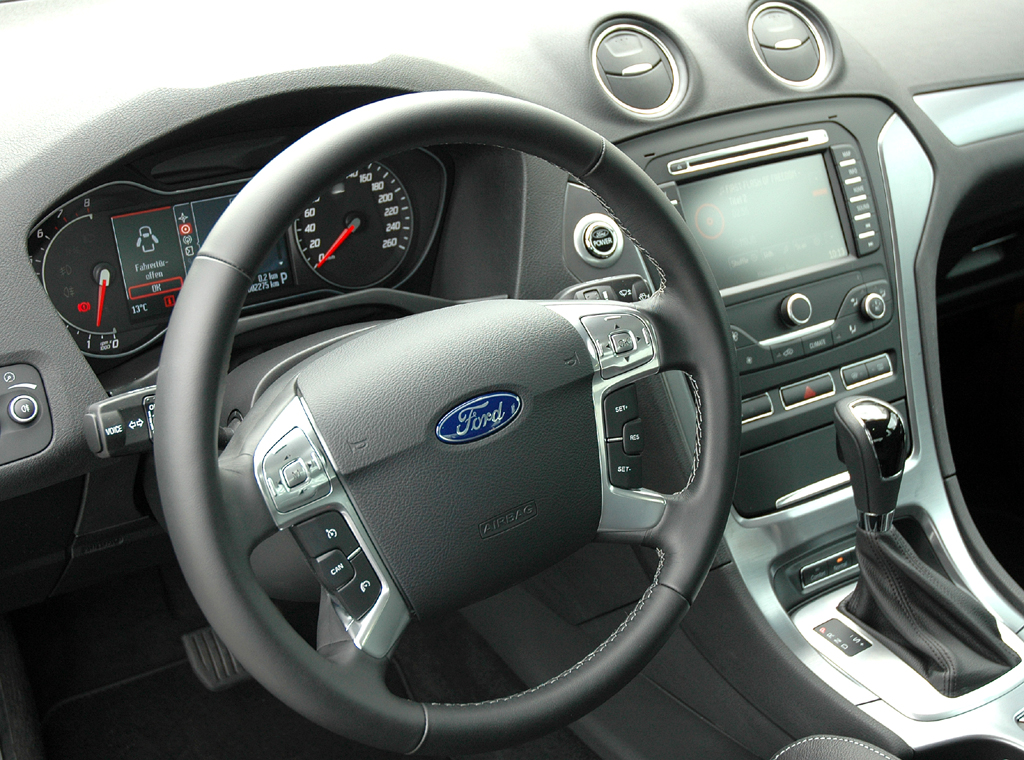 Ford Mondeo: Blick ins alles in allem übersichtlicher gestaltete Cockpit.