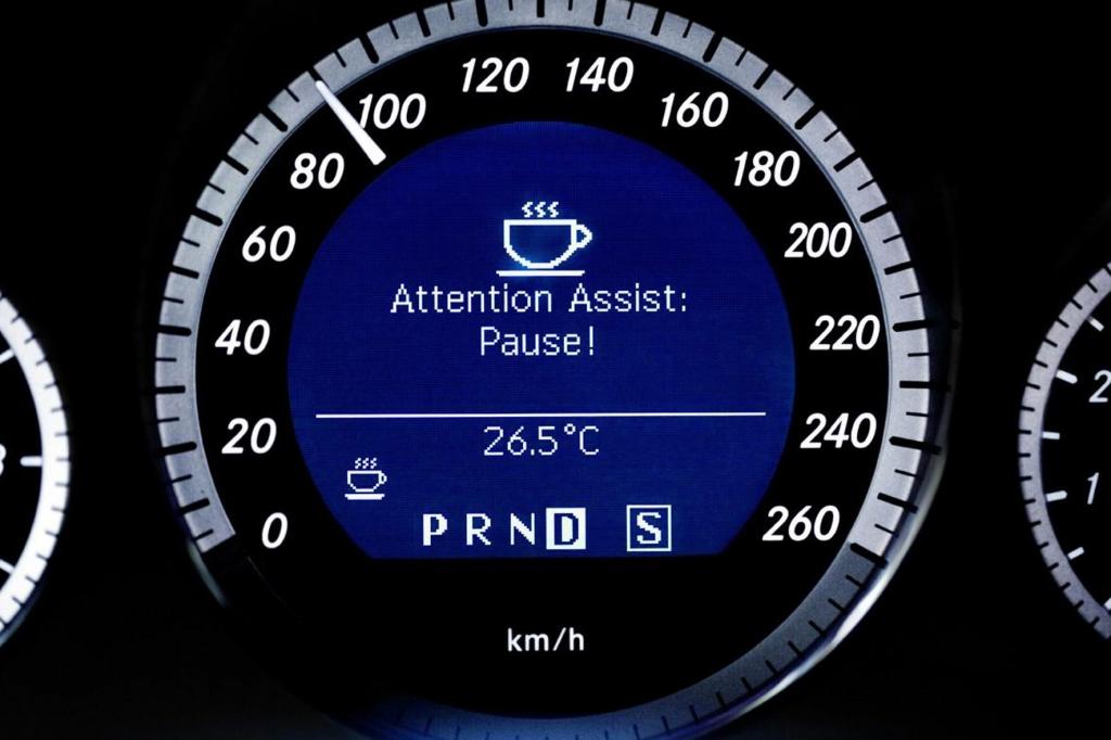 Ist der Fahrer müde oder unaufmerksam, schlagen Müdigkeitswarner Alarm und empfehlen eine Pause.
