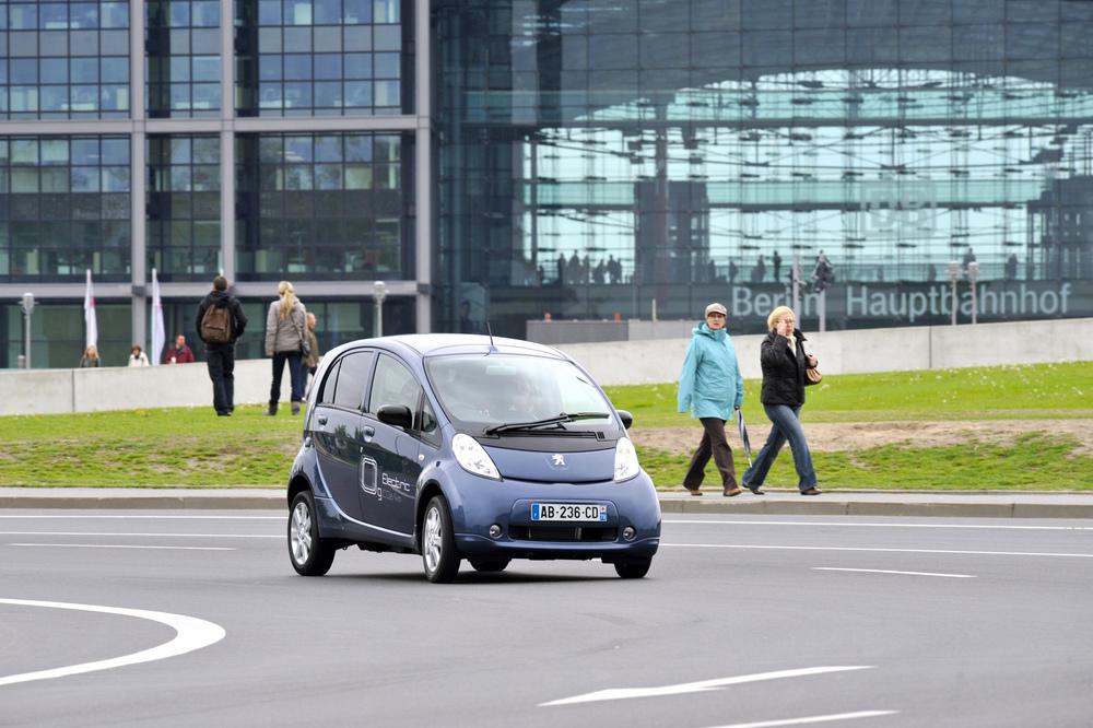 Können Fahrtrainings helfen, Unfälle mit Elektroautos zu verhindern?