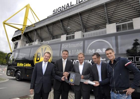 MAN übergibt neuen Mannschaftsbus an Borussia Dortmund