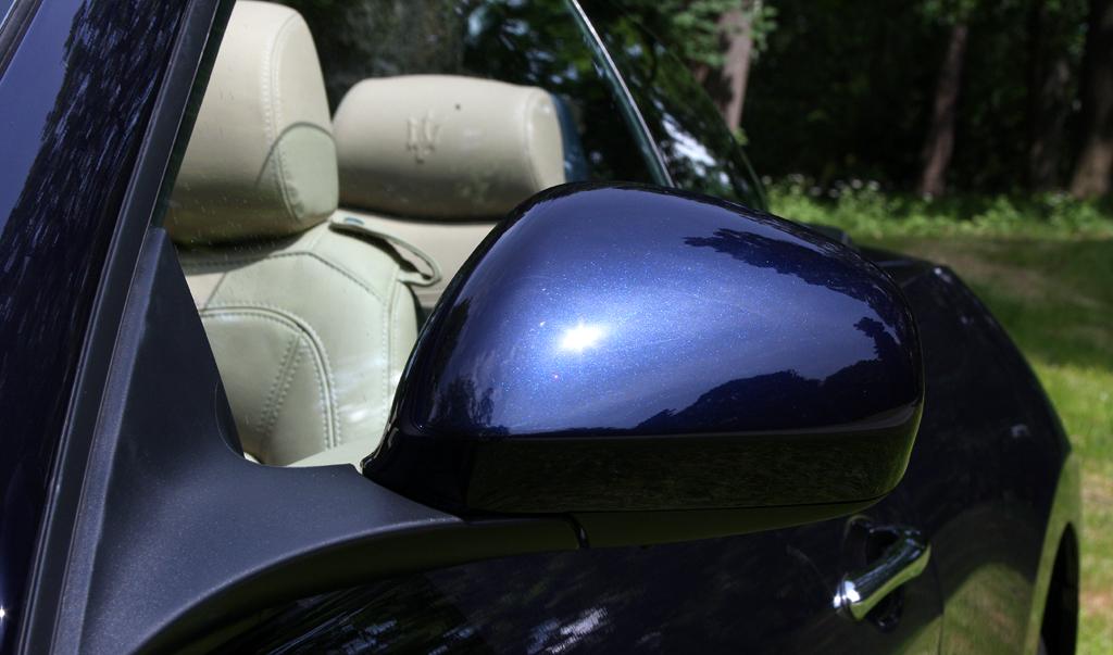 Maserati GranCabrio: Blick auf den Außenspiegel auf der Fahrerseite.