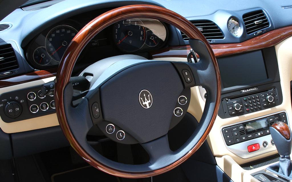 Maserati GranCabrio: Blick ins Cockpit und das überaus wertig anmutende Interieur.