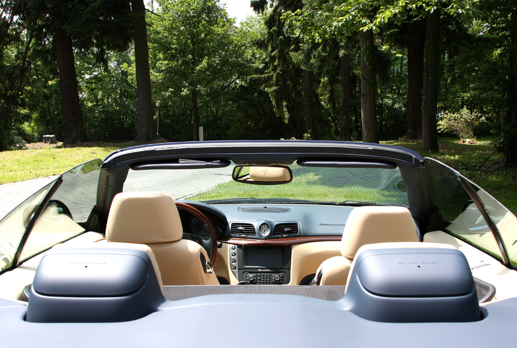 Maserati GranCabrio: Der Überrollschutzbügel hinten fährt automatisch aus.