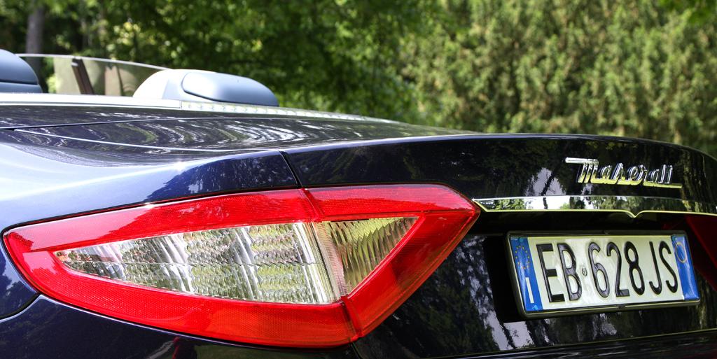Maserati GranCabrio: Moderne Leuchteinheit hinten mit Markenschriftzug.