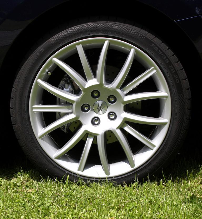 Maserati GranCabrio: Zur Ausstattung gehören 20-Zoll-Leichtmetallräder.