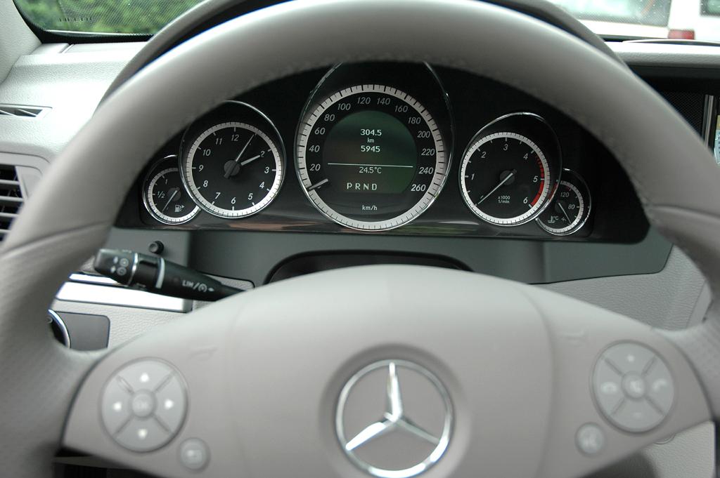 Mercedes E-Klasse Cabrio: Blick durch den Lenkradkranz auf die Rundinstrumentierung.