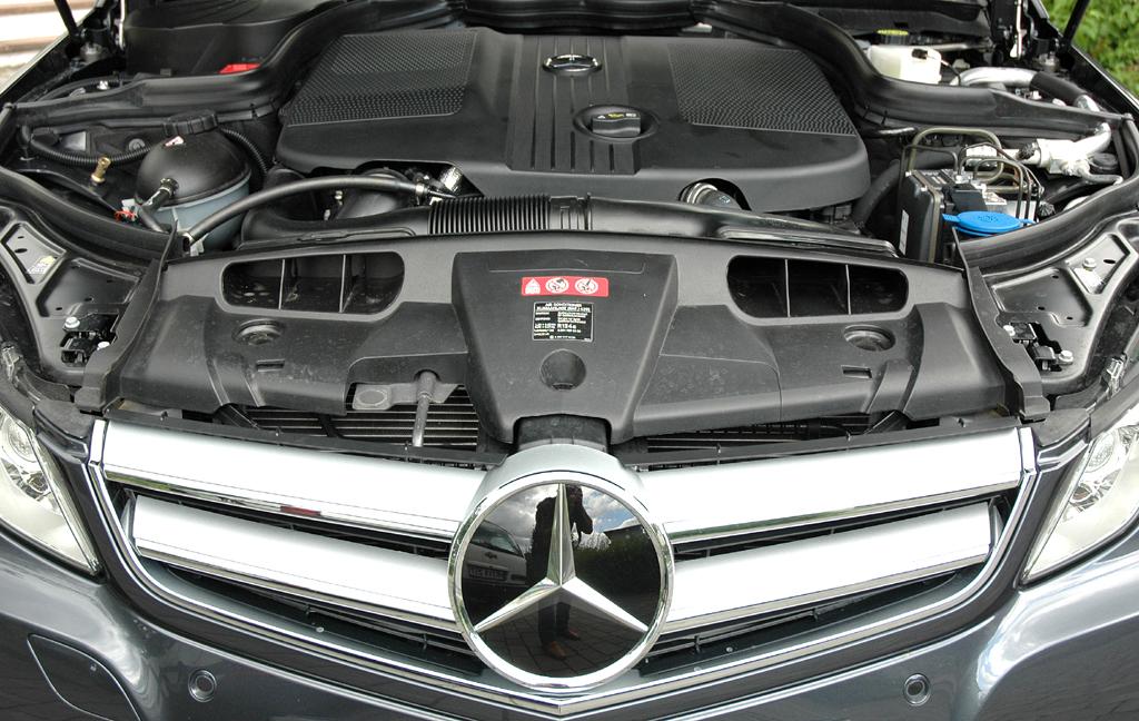 Mercedes E-Klasse Cabrio: Blick unter die Motorhaube auf den Vierzylinder-Selbstzünder.