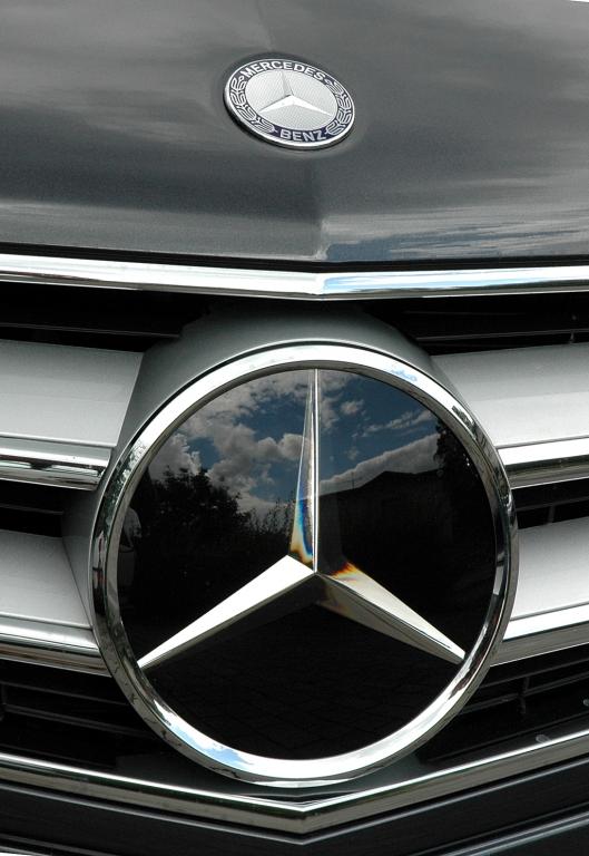Mercedes E-Klasse Cabrio: Der Stern sitzt mittig im Kühlergrill.