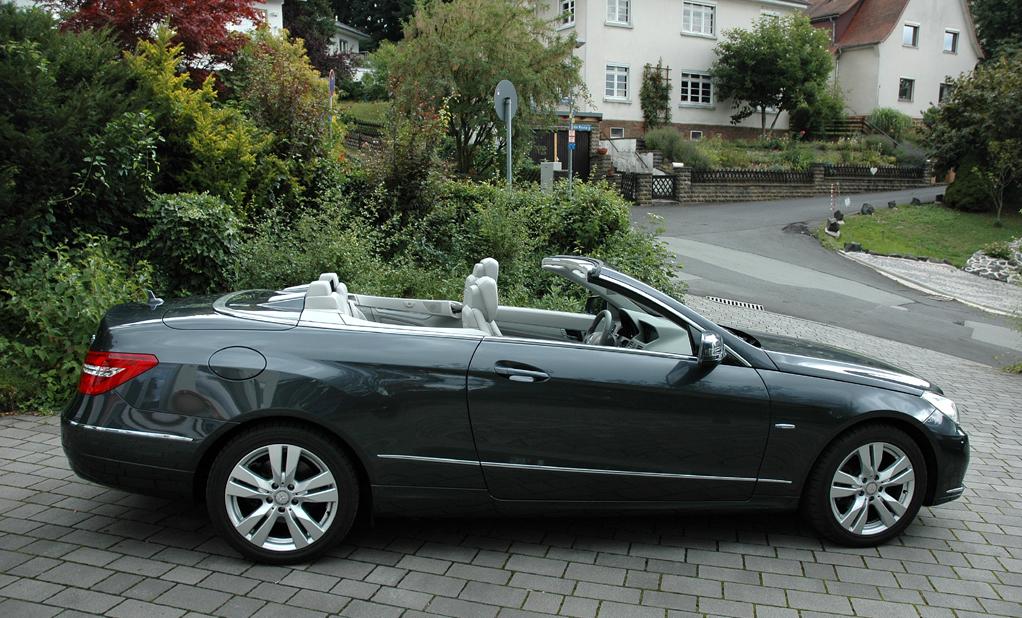 Mercedes E-Klasse Cabrio: Seitenansicht bei geöffnetem Verdeck.