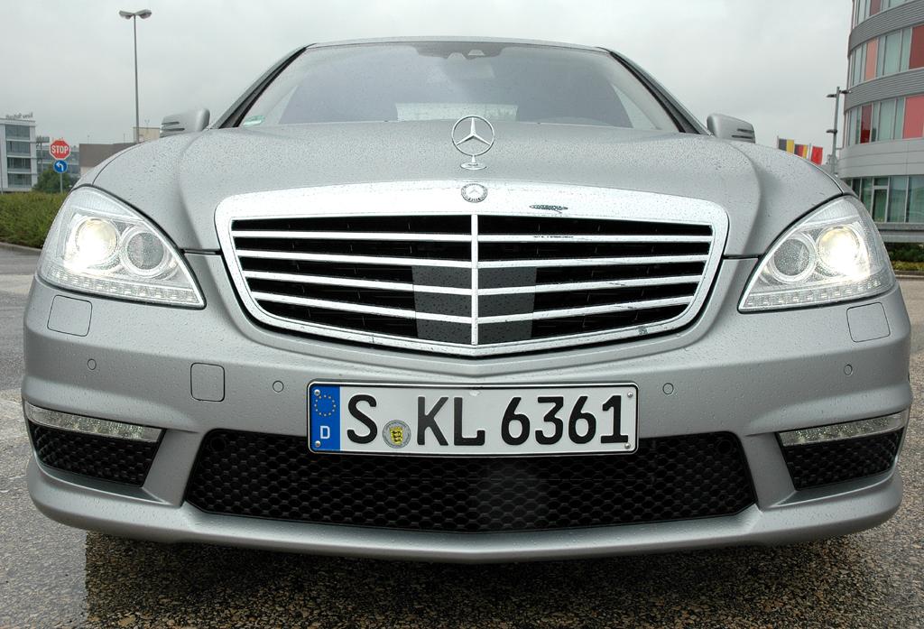Mercedes S63 AMG: Blick auf die schon dynamisch gestaltete Front.