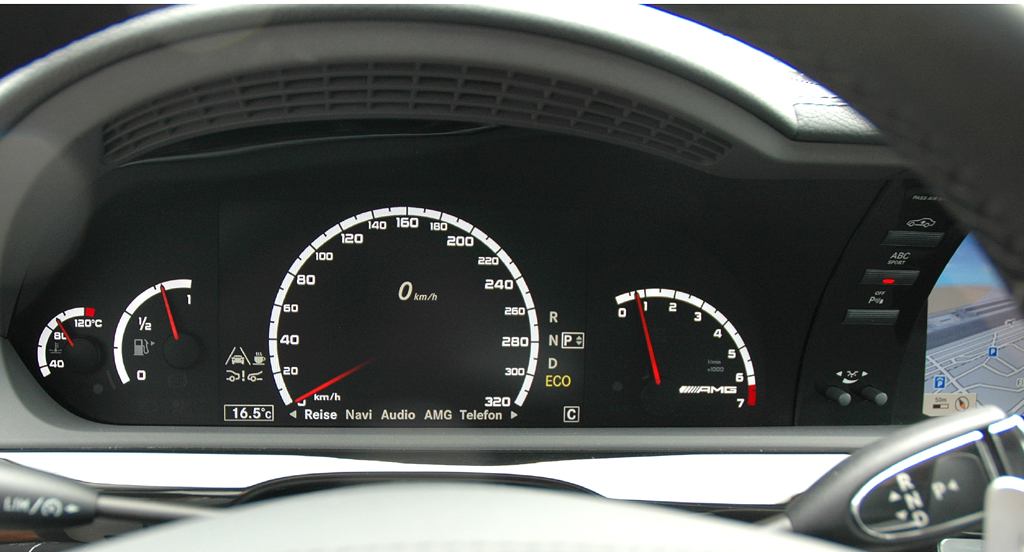 Mercedes S63 AMG: Blick durch den Lenkradkranz auf die Rundinstrumentierung.