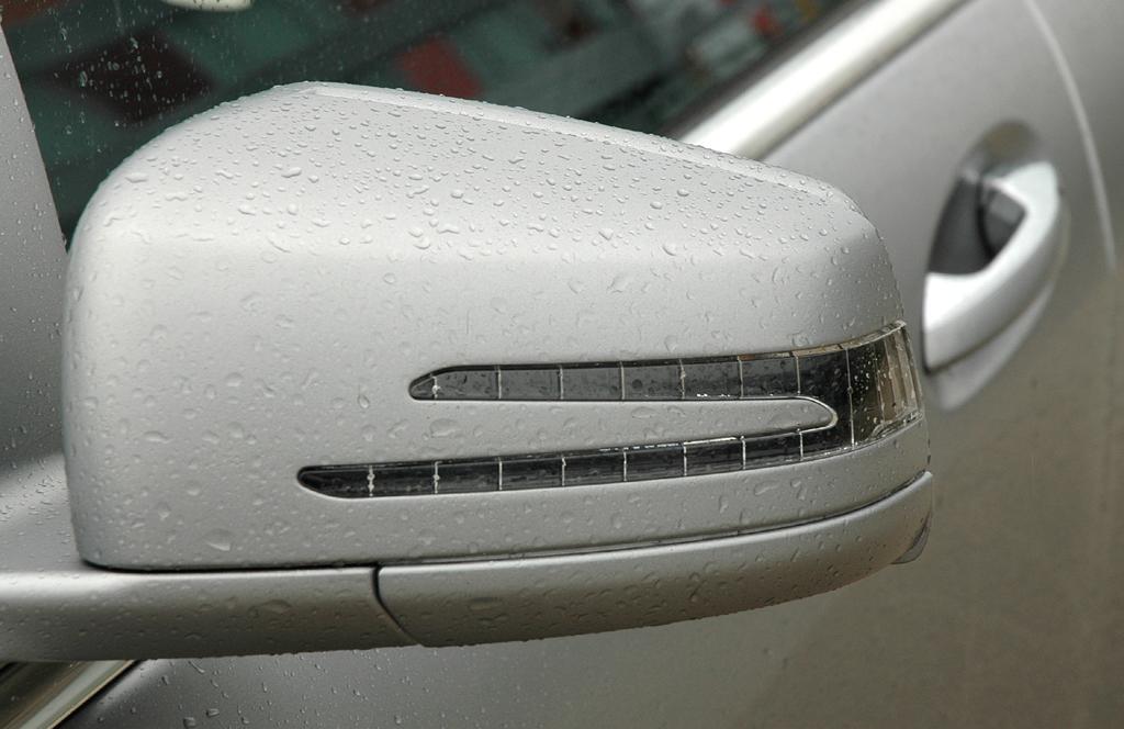 Mercedes S63 AMG: In die Außenspiegel sind Blinkleisten integriert.