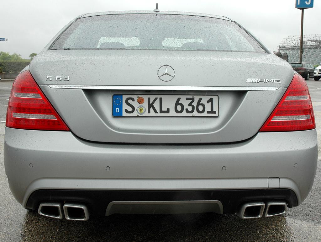 Mercedes S63 AMG: Jeweils zwei doppelflutige Endrohr-Einheiten kennzeichnen das Heck.