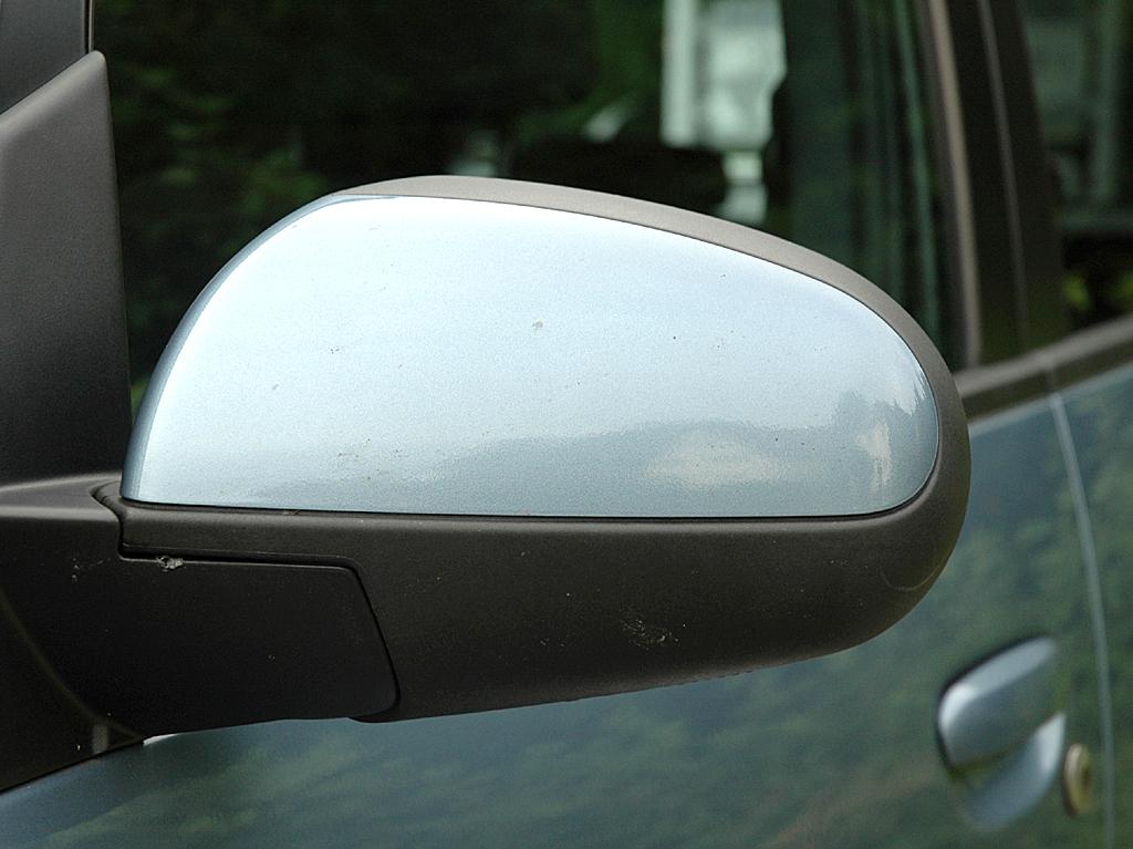 Mitsubishi Colt Autogas: Blick auf den Außenspiegel an der Fahrerseite.