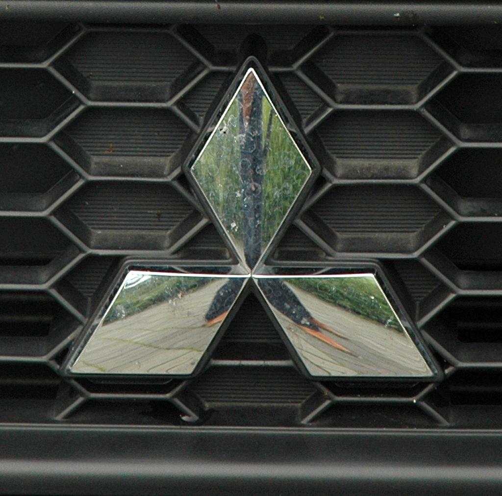 Mitsubishi Colt Autogas: Das Markenlogo sitzt im oberen Kühlergrill-Teil.