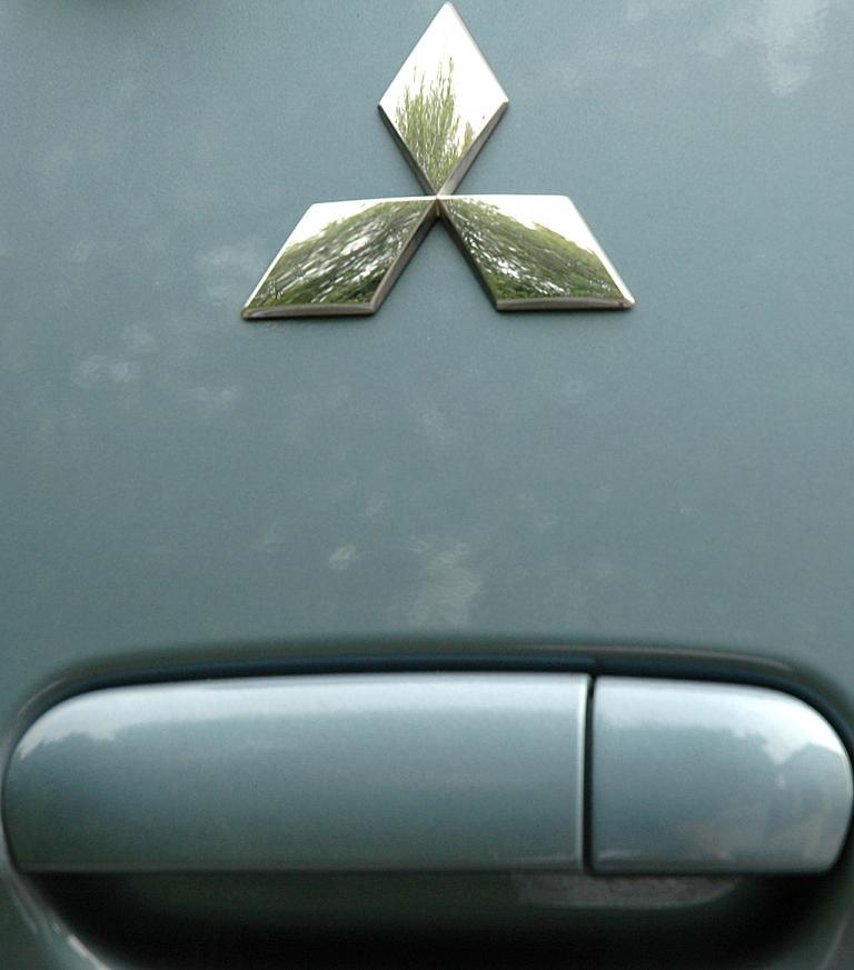 Mitsubishi Colt Autogas: Markenlogo über dem Kofferraum-Griff.
