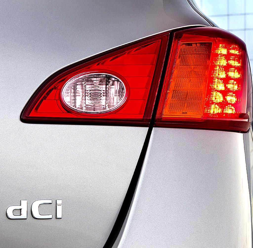 Nissan Murano Diesel: Hintere Leuchteinheit mit Motorisierungsschriftzug.