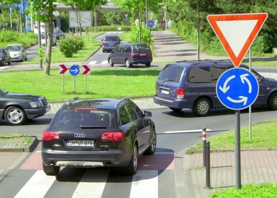 Recht: Straßenbaubehörde muss vorsichtig Mähen