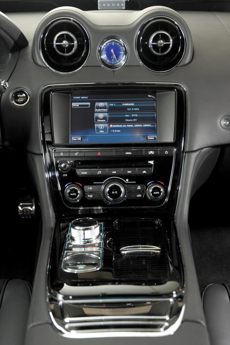 Schlechtester im Test: Der Jaguar XJ mit seinem störrischen und unlogischen Touchscreen-Navi.