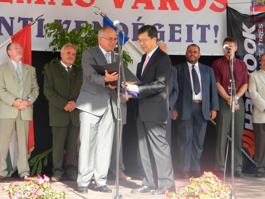 Seung-Hwa Suh, Hankook Tire Vize-Vorsitzender und CEO (vorne rechts) and István Schrick Bürgermeister der Stadt Rácalmás (vorne links) mit Abgeordneten der Kommunalverwaltung im Hintergrund. Seung-Hwa Suh erhält die Ehrenbürgerschaft.