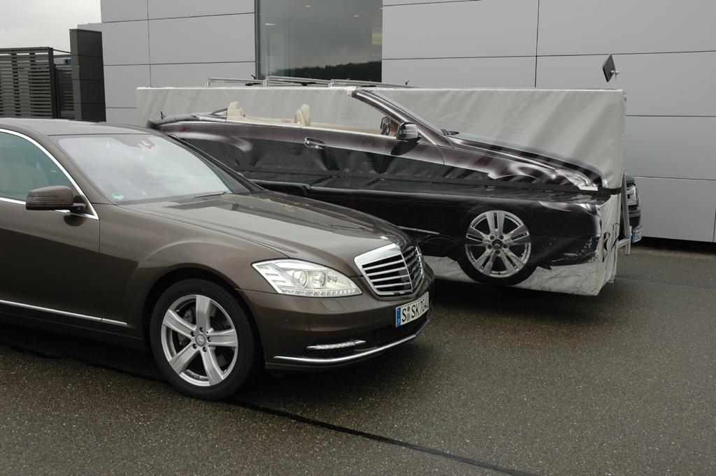 Sicher ist sicher: Mercedes-Limousine neben Matten-Fahrzeugattrappe zur Erprobung des Bremseingriffs beim aktiven Totwinkel-Assistenten.