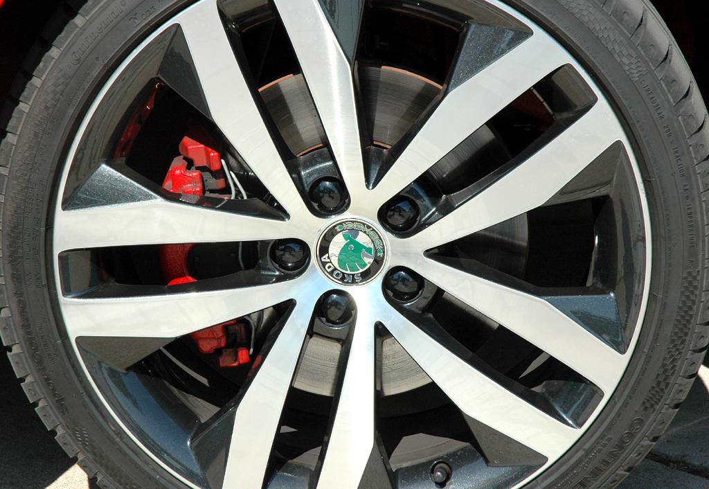 Skoda Fabia RS: Blick auf 17-Zoll-Rad mit 205er-Reifen.