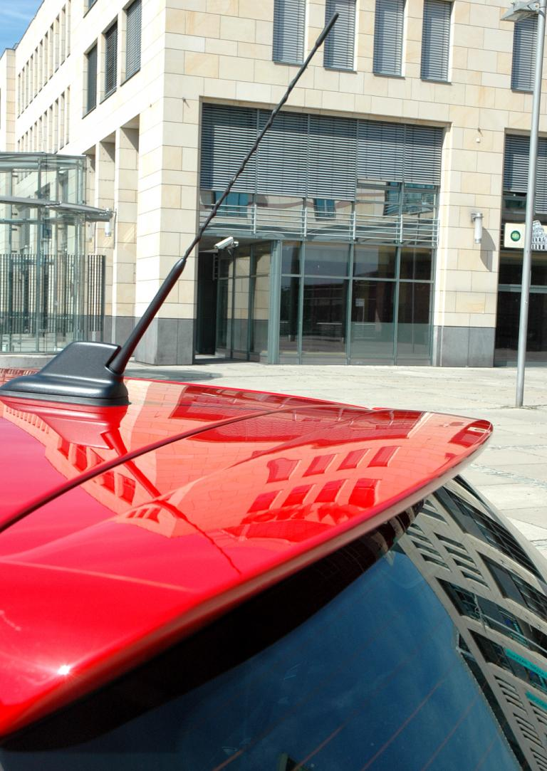 Skoda Fabia RS: Blick auf Stabantenne und Dachkantenspoiler am Heck.