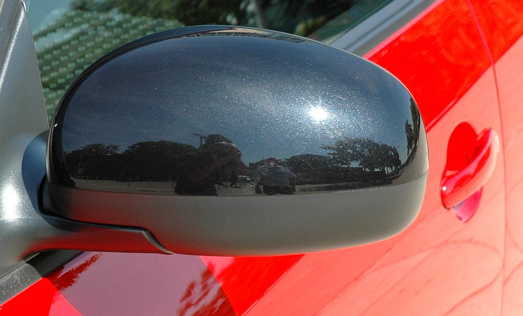 Skoda Fabia RS: Blick auf den Außenspiegel an der Fahrerseite.