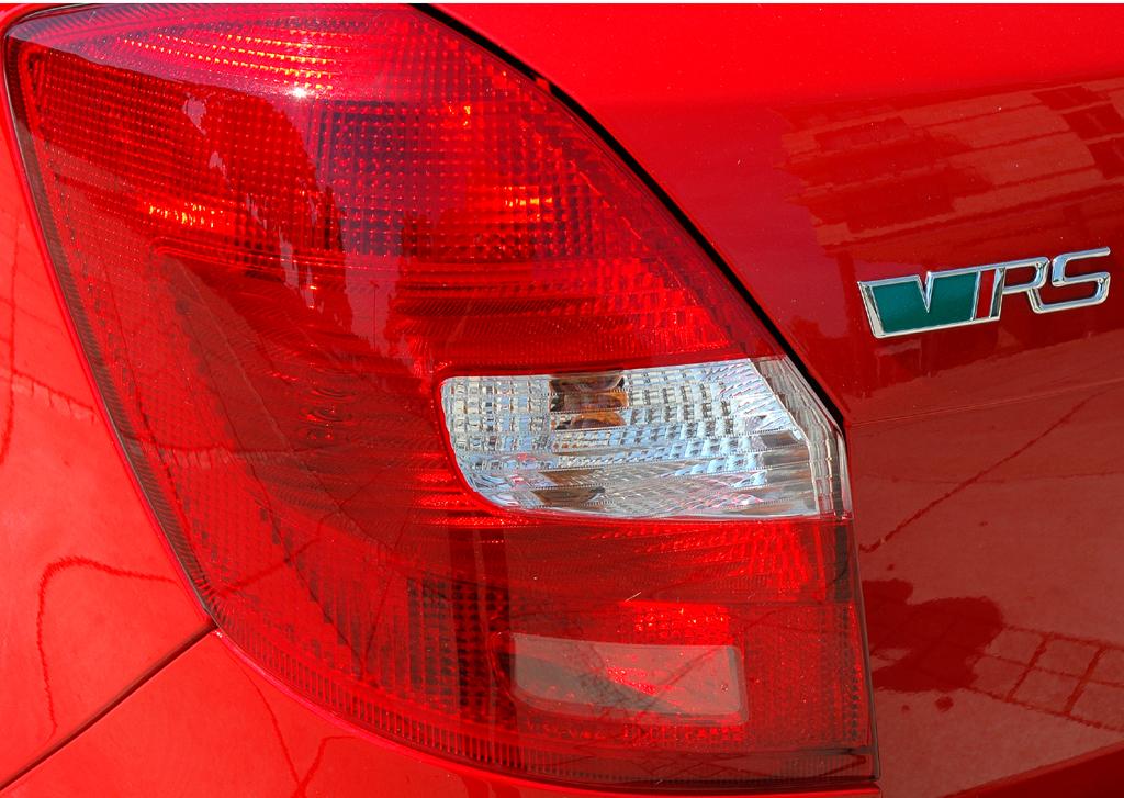 Skoda Fabia RS: Moderne Leuchteinheit hinten mit Typenlogo.