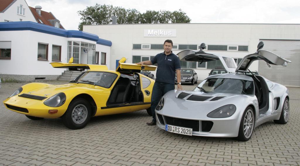 Stolz präsentiert Sepp Melkus den RS 1000 von 1969 und den RS 2000 von heute.