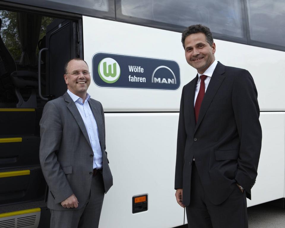 Thomas Röttgermann, Geschäftsführer für Marketing und Organisation des VfL Wolfsburg, und MAN-Personalvorstand Jörg Schwitalla bei der Fahrzeugübergabe.