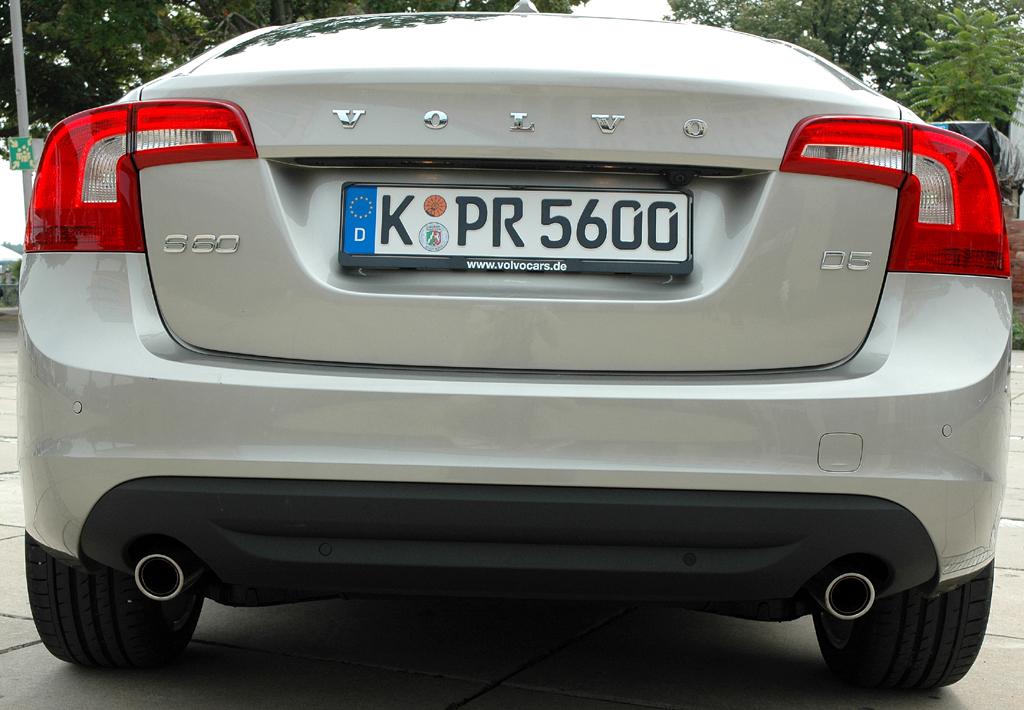 Volvo S60: Blick auf die Heckpartie der Limousine.