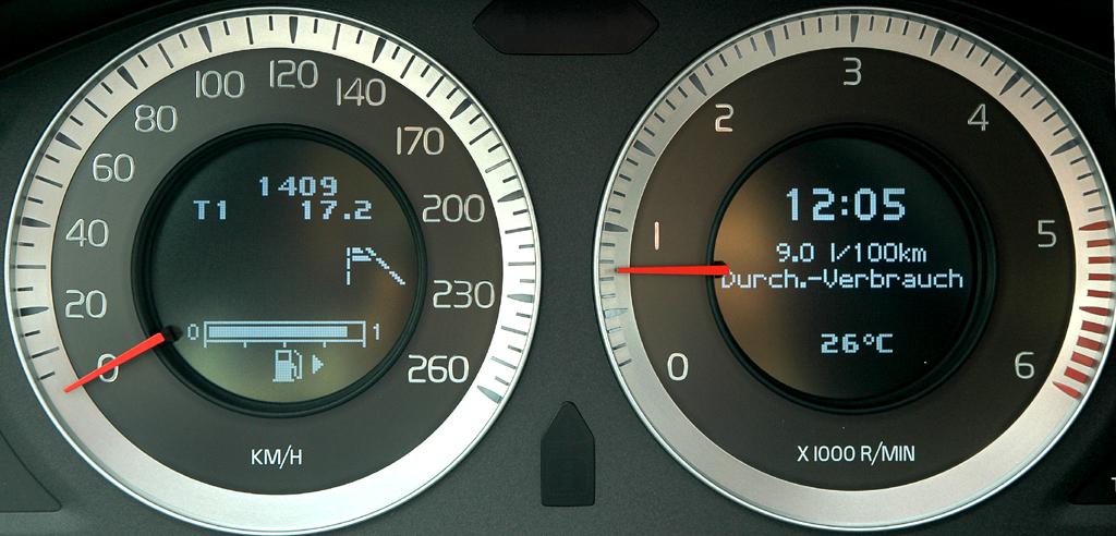 Volvo S60: Blick auf die Rundinstrumentierung im Zentraldisplay hinter dem Lenkrad.
