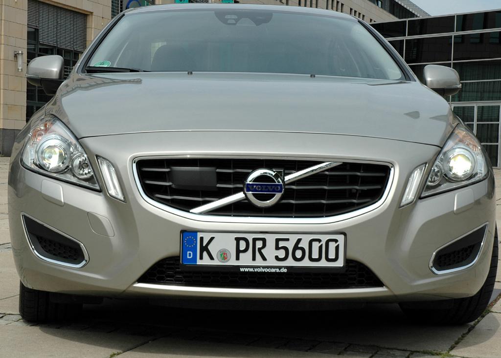 Volvo S60: Blick auf die schon dynamisch-kraftvoll wirkende Front.