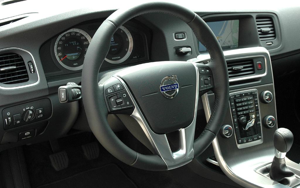 Volvo S60: Blick ins ziemlich übersichtlich gestaltete Cockpit.