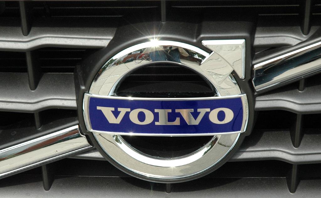 Volvo S60: Das Markenlogo sitzt in einer Diagonalstrebe mittig im Kühlergrill.