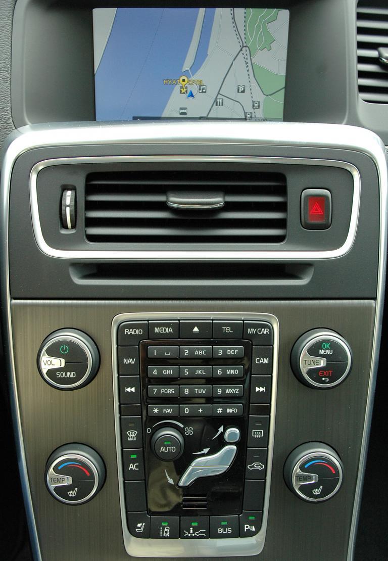 Volvo S60: Die Mittelkonsole schwebt quasi frei.