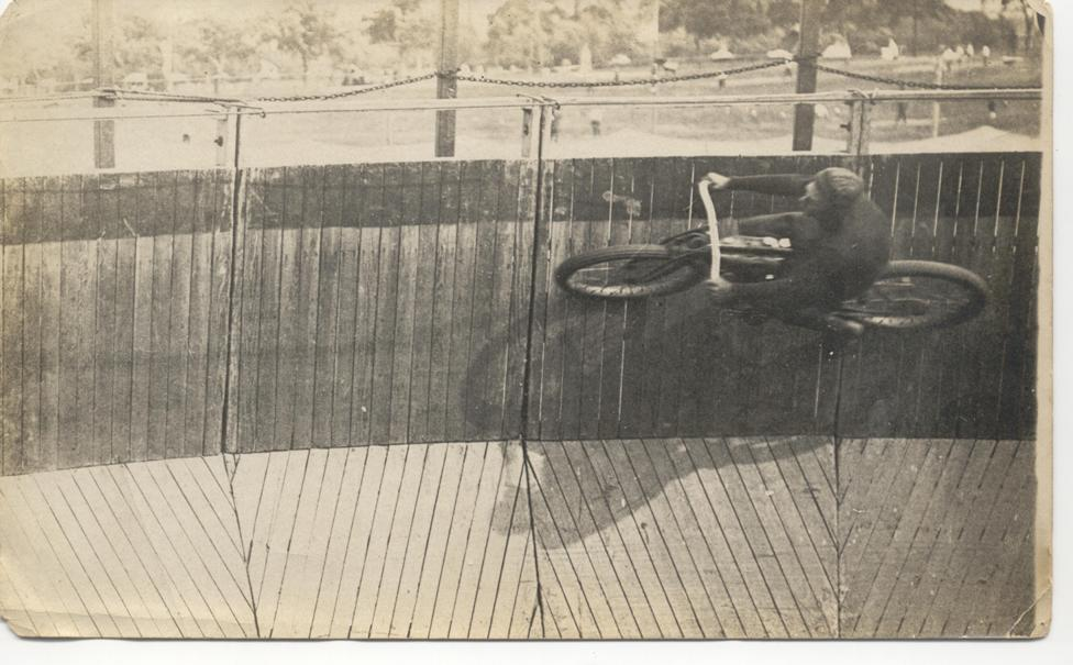 Weil ich ein Mädchen bin - Bikeakrobatin Margaret Gast 1900.