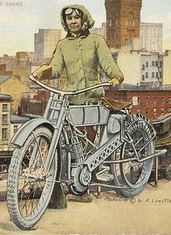 Weil ich ein Mädchen bin - Biker Girl Clara Wagner auf Postkarten um 1910.