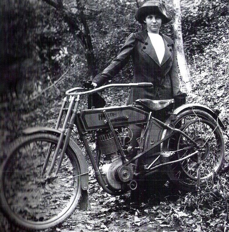 Weil ich ein Mädchen bin - Biker Girl Clara Wagner  um 1910.