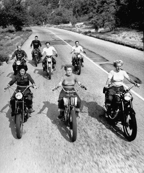 Weil ich ein Mädchen bin - Erfolgreiche Rennfahrerin und Einsatz für die Frauen: Dot Robinson mit den Motor Maids.