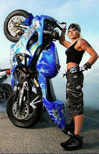 Weil ich ein Mädchen bin - Stuntbikerin Jessica Maine.