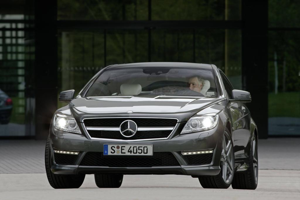 Wie schon in der AMG S-Klasse leistet der neu entwickelte AMG-V8-Biturbo auch in der AMG CL-Klasse (ab 160.769 Euro) in der Standardausführung 544 PS (400 kW) und mit Performance Package 571 PS (420 kW).
